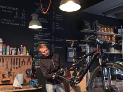 Dennis van Biek bikes aan het werk